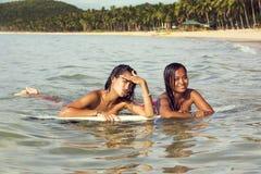 2 девушки на surfboard Стоковые Изображения RF