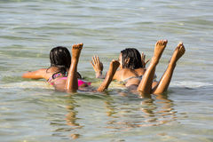 2 девушки на surfboard Стоковое Изображение