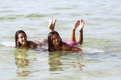 2 девушки на surfboard Стоковая Фотография