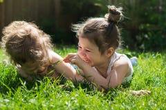 девушки немного outdoors играя Стоковая Фотография