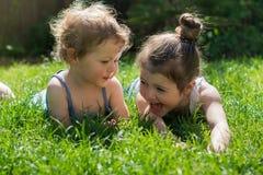 девушки немного outdoors играя Стоковое Изображение RF