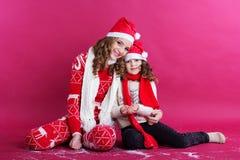 2 девушки носят одежды зимы в студии Стоковые Изображения