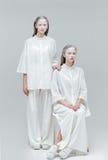 2 девушки нося белые одежды Стоковое Изображение