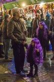 2 девушки нося фиолетовые парики Стоковые Изображения