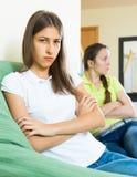 2 девушки обиденной на одине другого Стоковое Фото