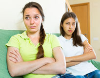 2 девушки обиденной на одине другого Стоковые Изображения
