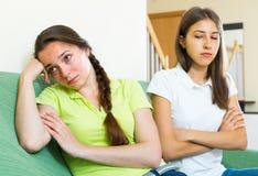 2 девушки обиденной на одине другого Стоковые Фото