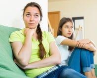 2 девушки обиденной на одине другого Стоковая Фотография