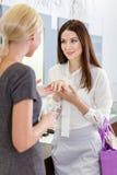 2 девушки обсуждают обручальное кольцо Стоковое Изображение