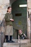 2 девушки около голося стены. Стоковые Изображения RF