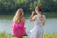 2 девушки около реки Стоковое Фото