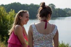 2 девушки около реки Стоковое Изображение RF