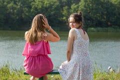 2 девушки около реки Стоковые Фотографии RF