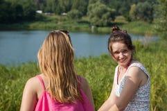 2 девушки около реки Стоковые Изображения RF