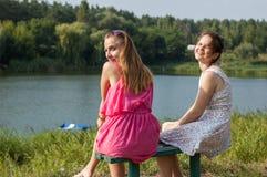 2 девушки около реки Стоковая Фотография RF