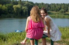 2 девушки около реки Стоковые Изображения