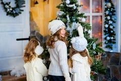 3 девушки около рождества Стоковая Фотография RF