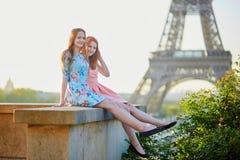 2 девушки около Эйфелевой башни, Парижа Стоковое фото RF