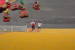2 девушки опускают лестницы Стоковое фото RF