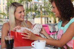 2 девушки останавливая для кофе Стоковое Изображение RF