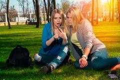 2 девушки ослабляя в парке Стоковое Изображение RF