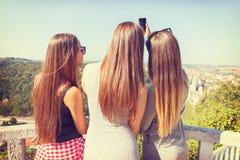3 девушки от заднего принимая selfie outdoors Стоковые Фото
