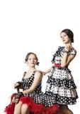 2 девушки одетой в стиле штыря-вверх Белая предпосылка, изоляция Стоковая Фотография RF