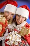 2 девушки одетой как Санта Клаус радуются с подарками на рождество Стоковое Изображение RF