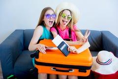 2 девушки пакуя чемоданы Стоковое Изображение RF