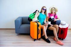 2 девушки пакуя чемоданы Стоковая Фотография