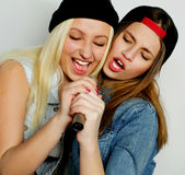 девушки пея Стоковая Фотография RF