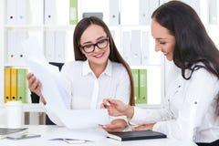 2 девушки писать документ Стоковые Изображения RF