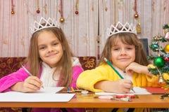 2 девушки пишут желания на Новый Год Стоковая Фотография RF