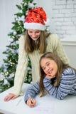 2 девушки пишут письмо к Санта Клаусу Стоковая Фотография