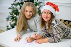 2 девушки пишут письмо к Санта Клаусу Стоковое Изображение RF