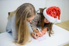 2 девушки пишут письмо к Санта Клаусу Стоковое Изображение