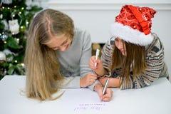 2 девушки пишут письмо к Санта Клаусу Стоковое фото RF