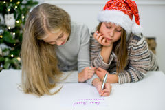 2 девушки пишут письмо к Санта Клаусу Стоковое Фото