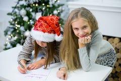 2 девушки пишут письмо к Санта Клаусу Стоковые Изображения