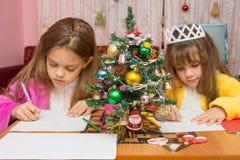 2 девушки пишут письмо к Санта Клаусу Стоковые Изображения RF