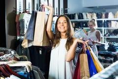 2 девушки покупая верхние части в магазине одежд Стоковые Изображения RF