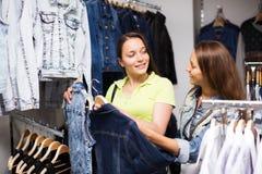 2 девушки покупая жилет в магазине Стоковое Изображение RF