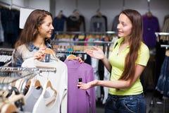 2 девушки покупая свитер в магазине Стоковое Фото