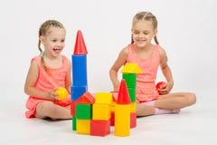 2 девушки построили замок из блоков Стоковое Фото