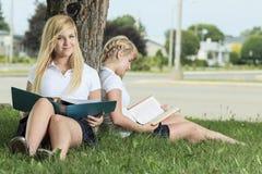 девушки потехи имея outdoors подростковые 2 Стоковое Изображение