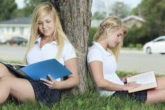 девушки потехи имея outdoors подростковые 2 Стоковые Изображения RF