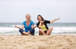 девушки потехи пляжа имея Стоковые Изображения RF