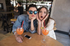 2 девушки потехи сидя в столовой Стоковая Фотография
