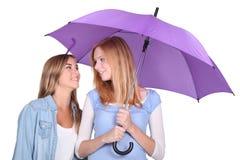 2 девушки под зонтиком Стоковая Фотография RF