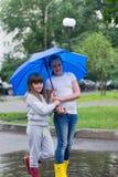 2 девушки под зонтиком Стоковые Изображения RF